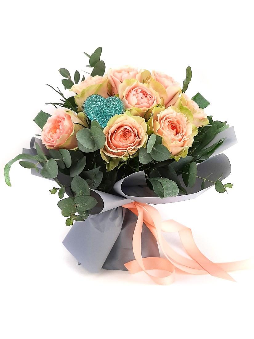 Barack rózsa finom, visszafogott színárnyalatban világoskék szív dekorral