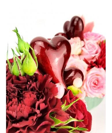 Tűzött kompozíció piros virágokból kis kaspóban szívekkel