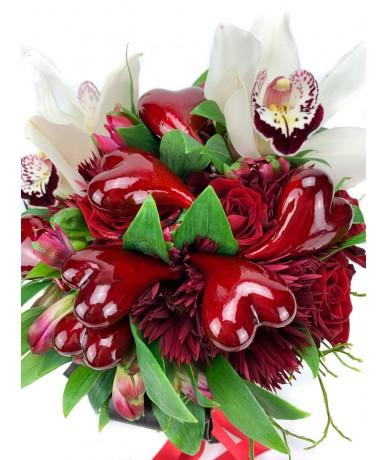 Hölgyeknek díszített csokor szívecskékkel, orchideával