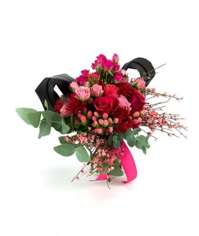 Pink és vörös virágcsokor vibráló árnyalata