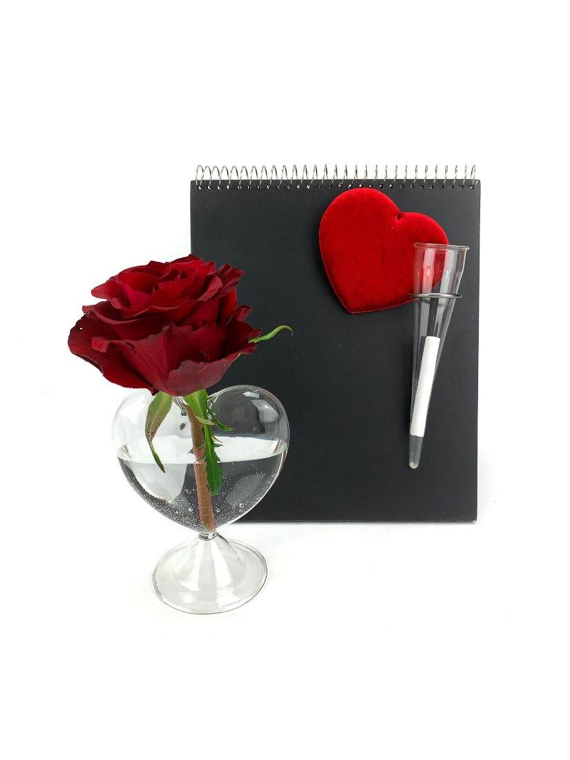 Dizájn üzenőtábla krétával és rózsával