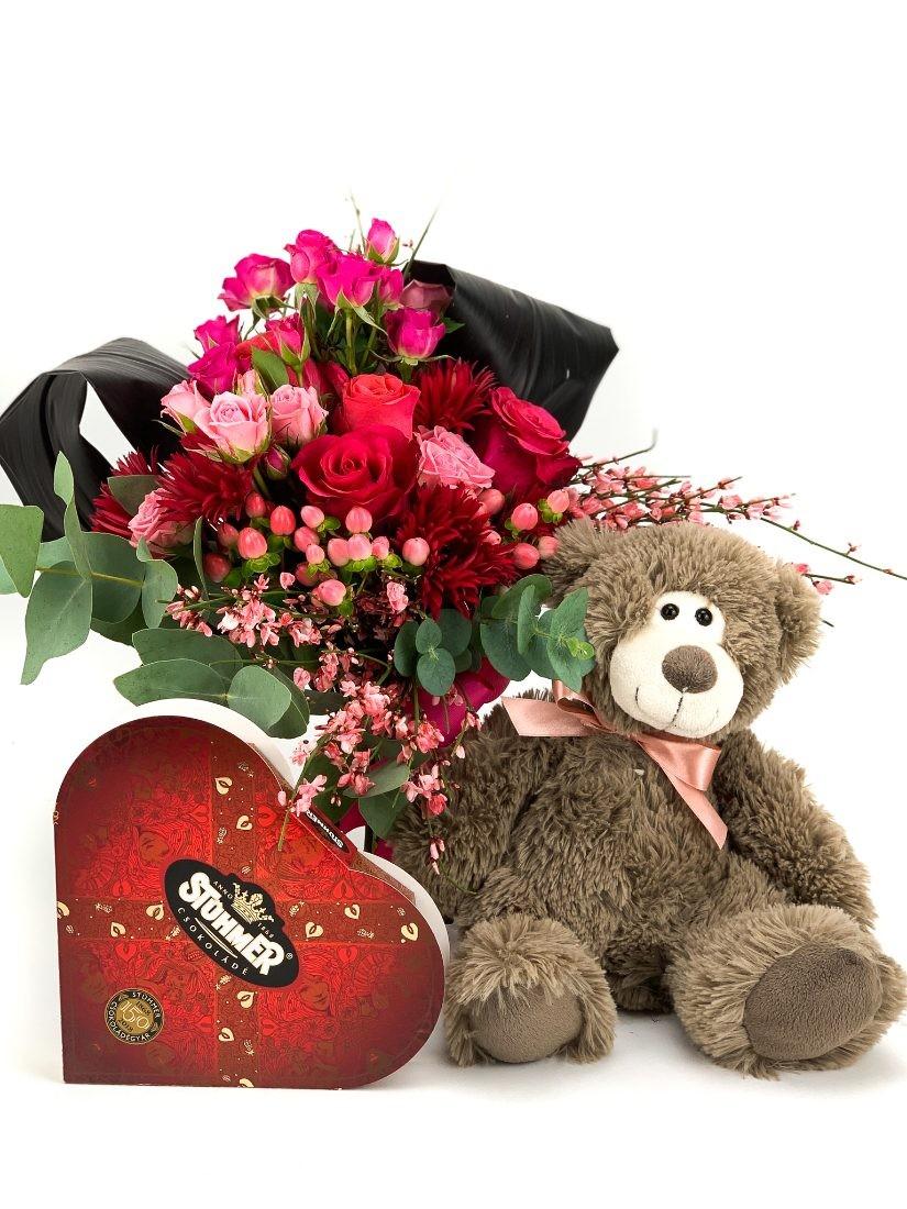 Szépséges csokor pink-vörös virágokból, plüss macival és szív csokoládéval