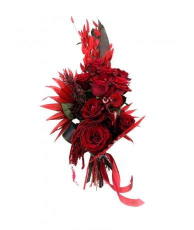 Vörös rózsacsokor friss rózsákkal és egy örökrózsával