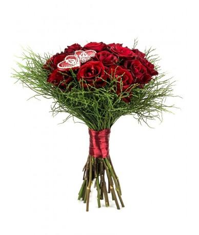 Vörös rózsacsokor mézeskalács szívvel