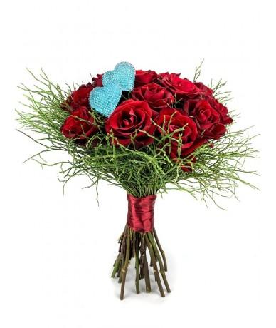 Impozáns kerek rózsacsokor 20 szál izzóan vörös rózsából kék szívekkel