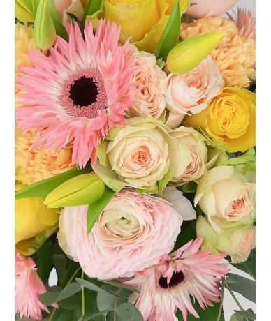 Pompás csokor élénk sárga és pink színekben vegyes virágokból