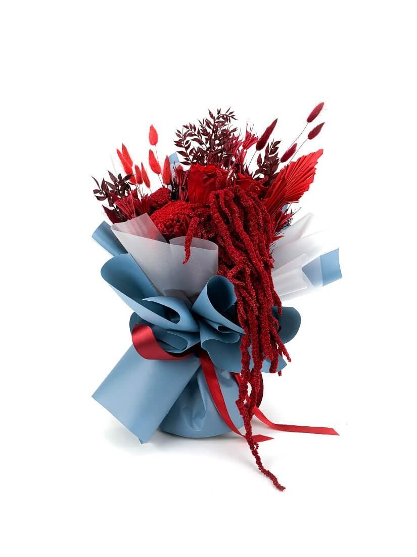 Szárazdísz virágcsokor vörös-bordó színekben, szív alakú lufikkal Valentin napra