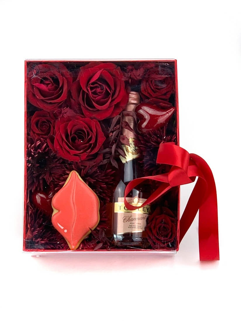 Exkluzív ajándékcsomag piros dobozban, bordó virágokkal, pezsgővel és süteménnyel Valentin napra
