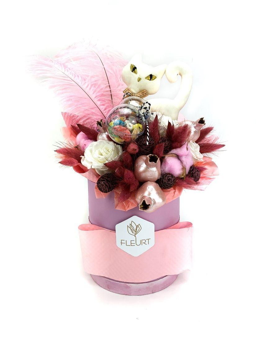 Lányos pink ajándékdoboz pink díszítéssel, benne cukorka és cica