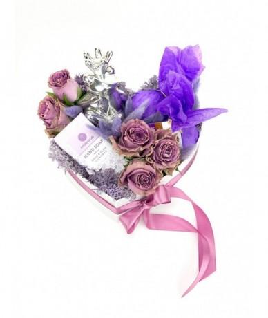 Hófehér szív formájú ajándék dobozkában Békakirályf, lila rózsafejek, Manna szappan és levendula fürdőgolyó