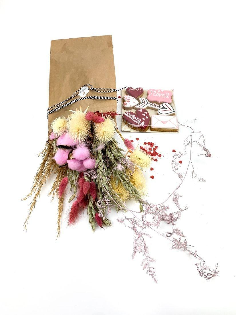 Valentin napi pink szárazvirág csokor szerelmes mézeskalács desszerttel