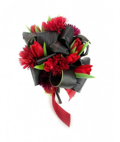 Dynamic contrast of colours inside this round red bouquet