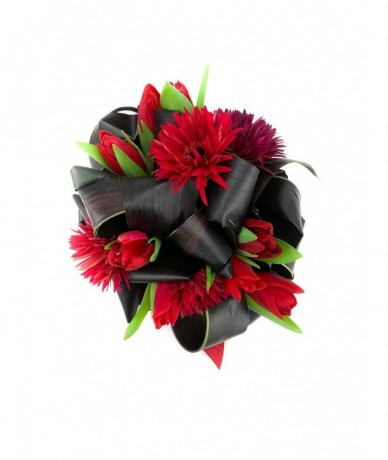 Dinamikus csokor vörös virágokkal és tekergő levelekkel Valentin napra