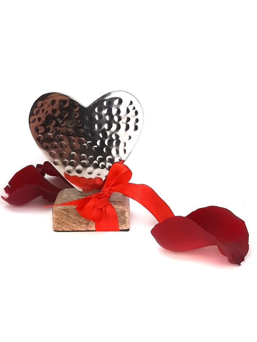 Veretes ezüst fém szív, fa alapon - ajándék Valentin napra