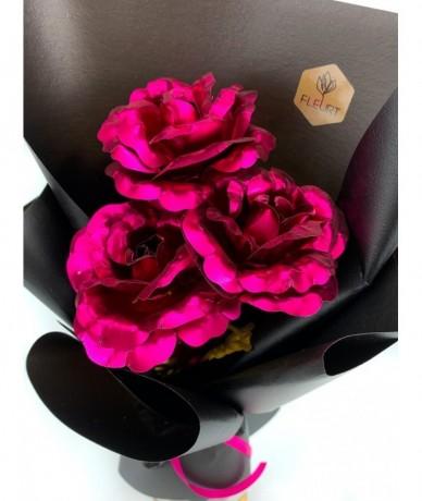 3 szál pink fémrózsa 27 karátos aranyozott szárral és levelekkel, díszcsomagolva