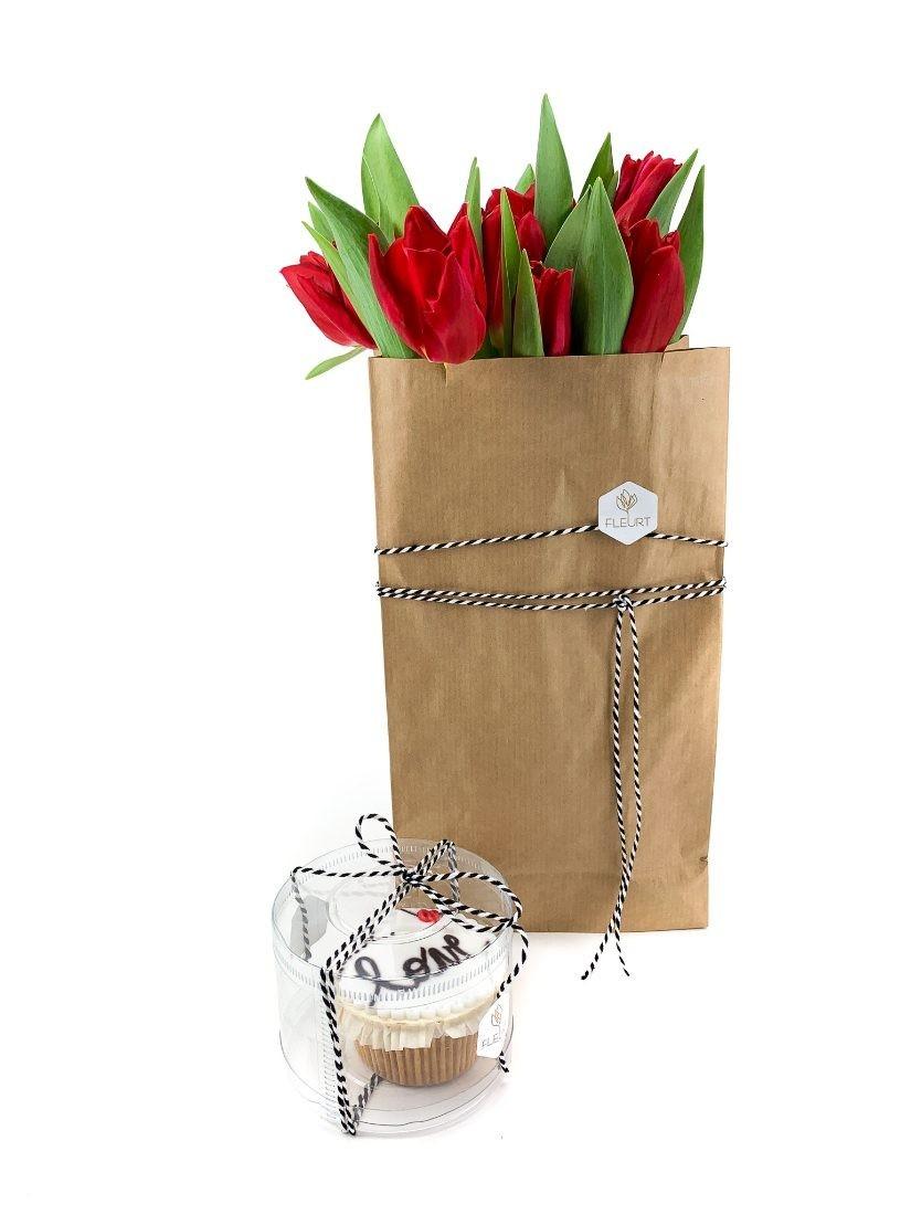 Egy papírzacskó piros tulipán süteménnyel szerelmeseknek