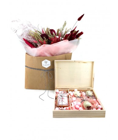 Bordó-pink szárított virág csokor és nyalókával teli fa desszertdoboz Valentin napra