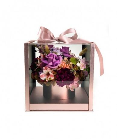 Virágdoboz rozé színben, benne szív formájú vegyes virágkompozíció