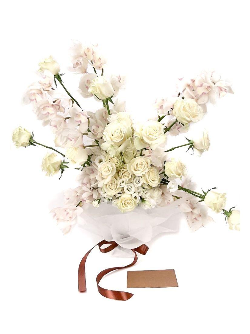 Óriási fehér csokor fehér orchideákból és rózsákból, kaspóban