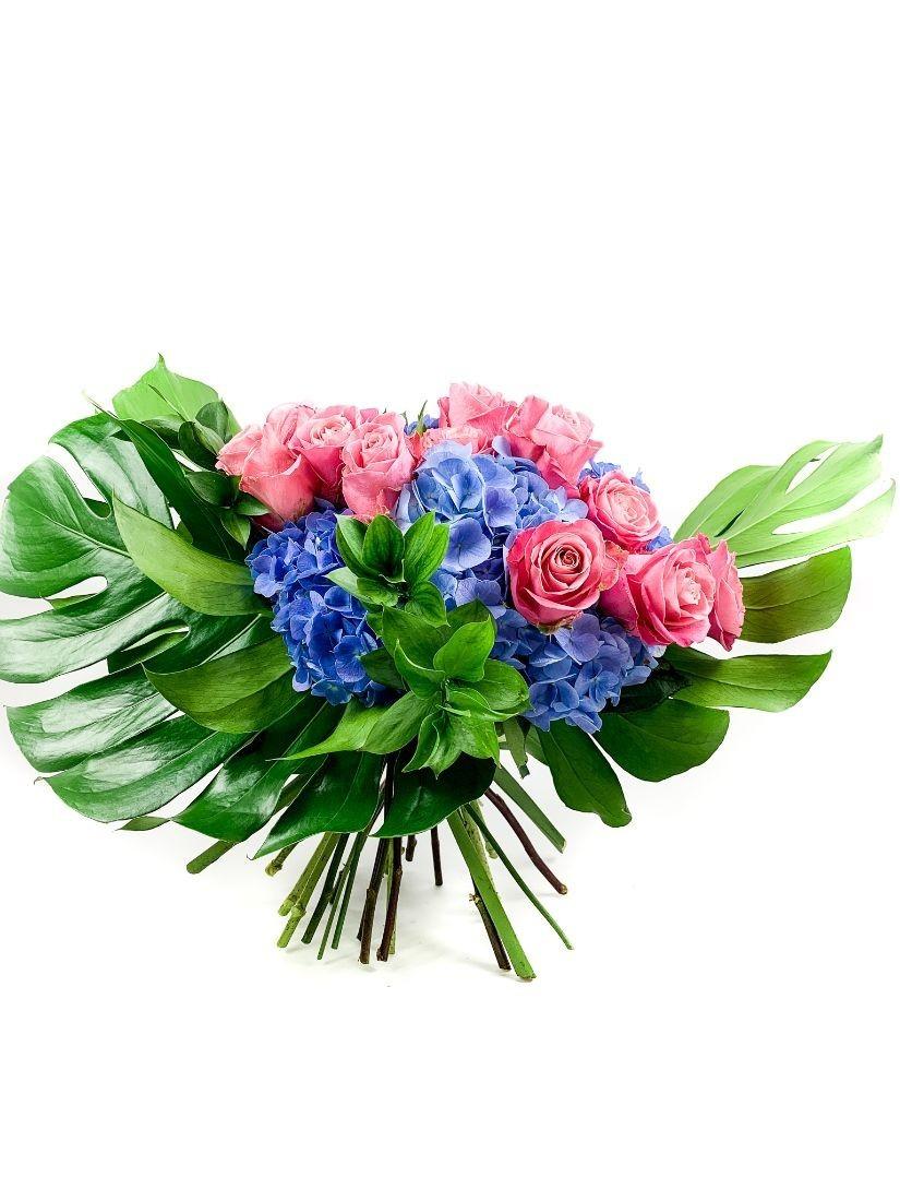 Pink rózsák virágcsokorba kötve kék hortenziával, nagy zöld levéllel