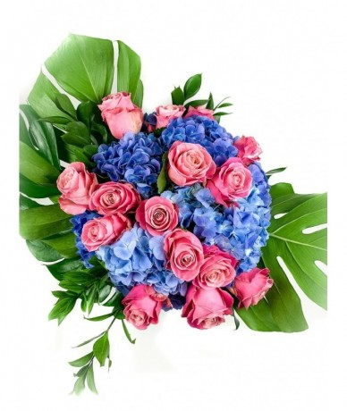 Blue and pink roses and hydrangeas in bonanza