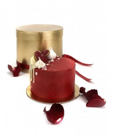 Kis piros torta díszítve