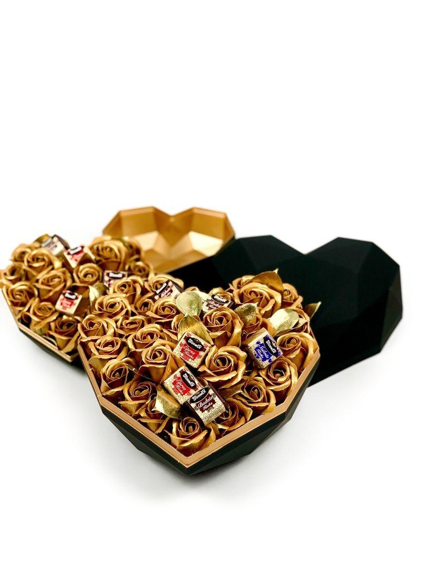 Arany-fekete szív alakú fémdobozban arany rózsafejek között csokoládé bonbonok
