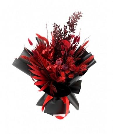 Vörösre színezett száraz termések, füvek, egzotikus levelekből készült csokor