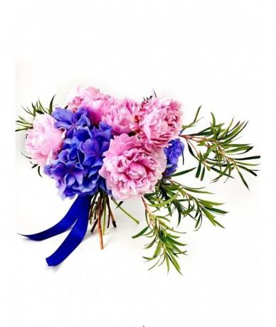 Rózsaszín bazsarózsa és lila hortenzia naturisztikus virágcsokra, kevés zölddel és szalaggal