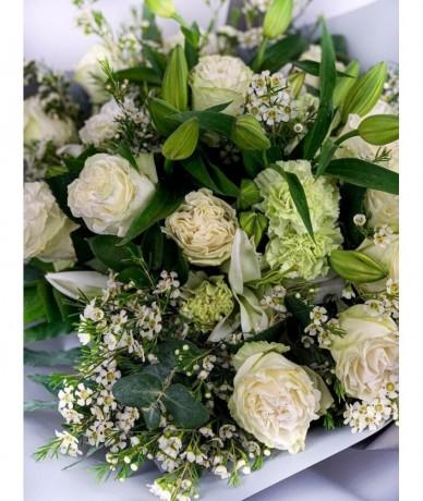 Kerti rózsák, liliomok wax virággal természetes csokorban zöld-fehér árnyalatban, elegáns szürke papírban