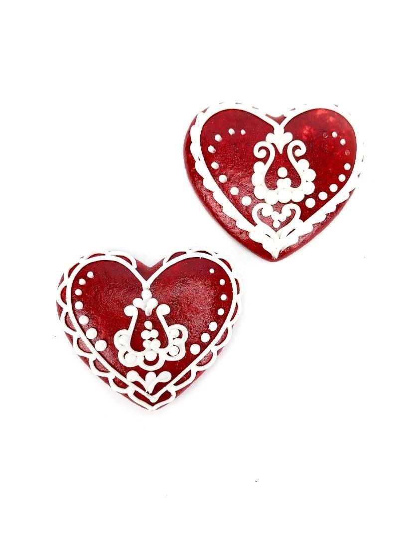 2db piros mézeskalács szív tradicionális motívumokkal díszítve