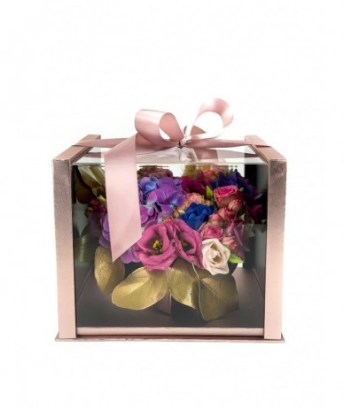Rozé színű átlátszó fedelű dobozban vegyes virágok szív formában, szalaggal átkötve