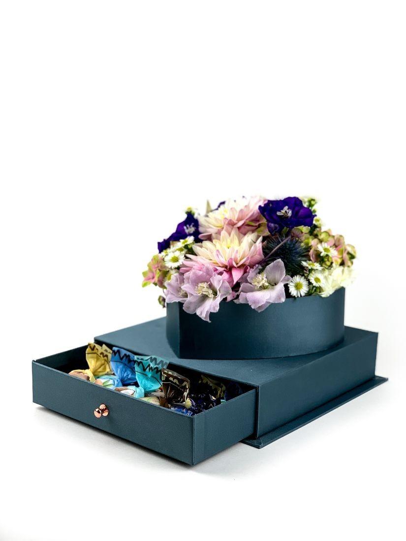 Vegyes szív virágdoboz elegáns kék dobozban, csokoládéval teli fiókkal, szalaggal átkötve