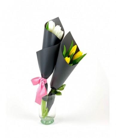 1 csokor fehér és egy csokor sárga tulipáncsokor, szépen csomagolva