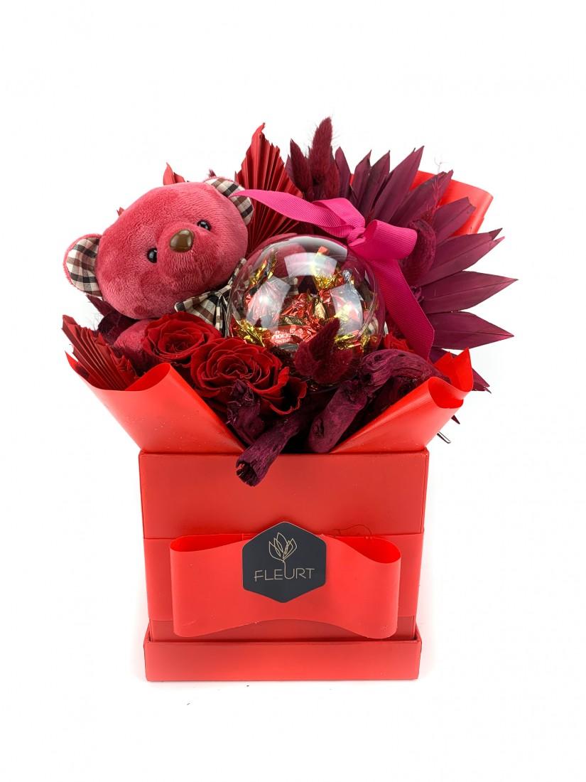Ajándékdoboz macival, csokival  és rózsával
