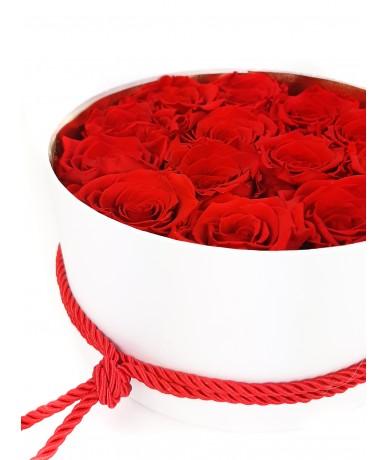 Rózsadoboz vörös rózsafejekkel fehér dobozban