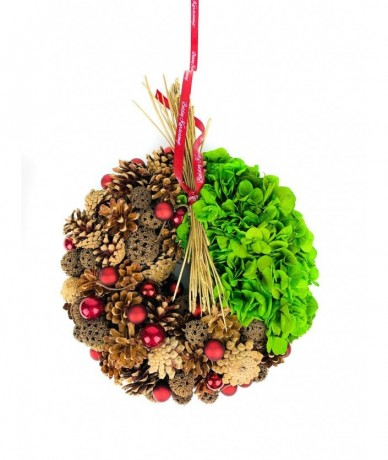 Natúr termésdíszekből készített kopogtató zöld tartósított hortenziafejekből a barna tobozokkal