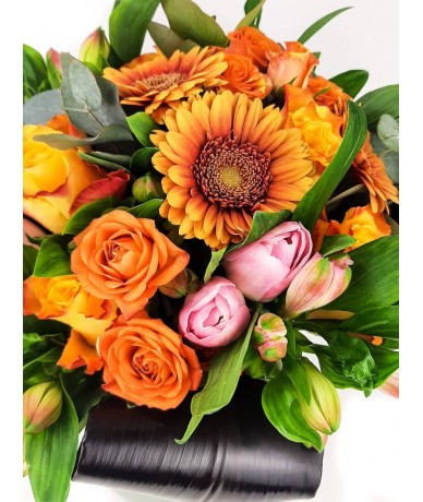 Klasszikus vidám narancs és pink gömbcsokor kaspóval