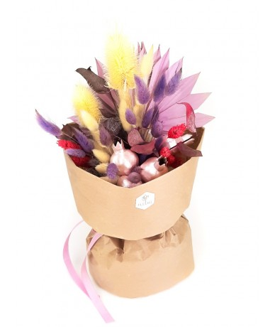 Ízléses szárazvirág csokor lila-rózsaszín virágokból papír tasakban