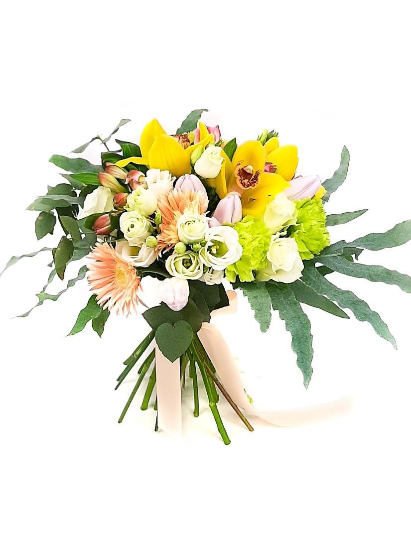 Elegáns virágcsokor krémes pasztell árnyalatban bársonyos zöldekkel