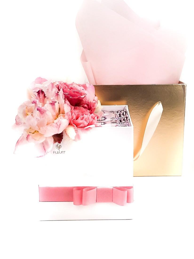Virágdoboz rózsaszín virágokból stílusosan pénzzel