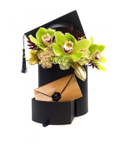 Fekete talár doboz virággal