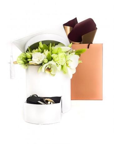 Fehér talár doboz virággal