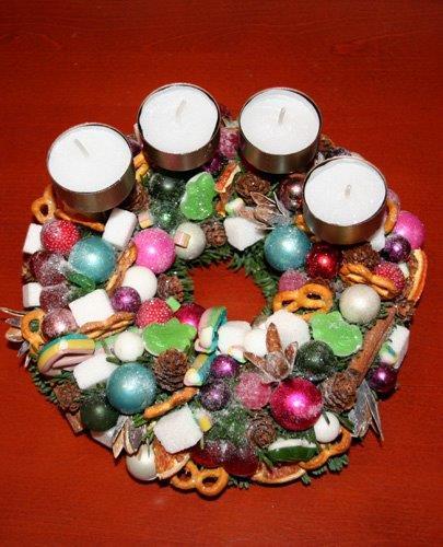 Karácsonyi adventi koszorú gumicukorral